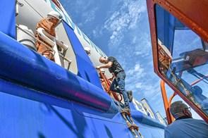 Lodsen hjælper 142 meter skib ud