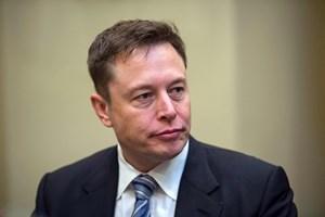 - Dette år har været det sværeste og det mest smertelige i hele min karriere, siger Elon Musk i interview.