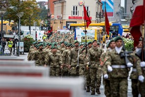 Vild med uniformer: Nye soldater går gennem byen
