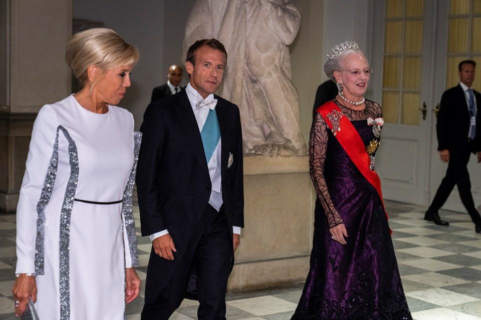 Dronning Margrethe tager imod Den franske præsident Emmanuel Macron og Den franske præsidenthustru Brigitte Macron. Foto: Martin Sylvest/Scanpix Ritzau