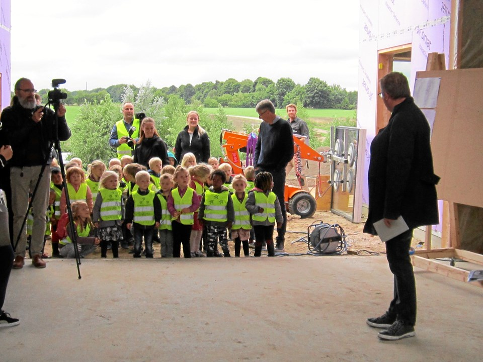 De 37 børnehavebørn fra Svinget dominerede rejsegildet, hvor Thøger Elmelund (th) bød velkommen.