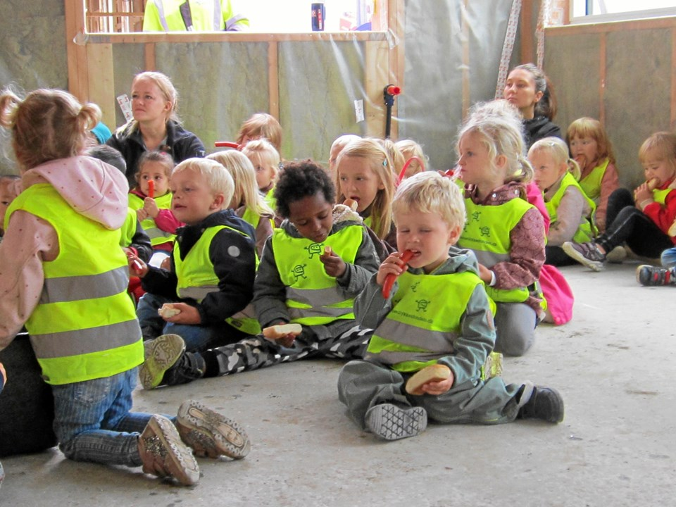 Som afslutning på rejsegildet var der røde pølser og sodavand til alle børnehavebørn fra Svinget.