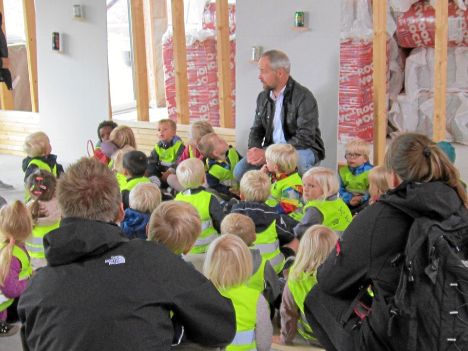 Som kontraktholder for Børnehusene Støvring Nord forklarede Kenny Kjæhr på en meget enkel forståelig måde børnehavebørnene om betingelserne for et bæredygtigt byggeri som Rådyret er.