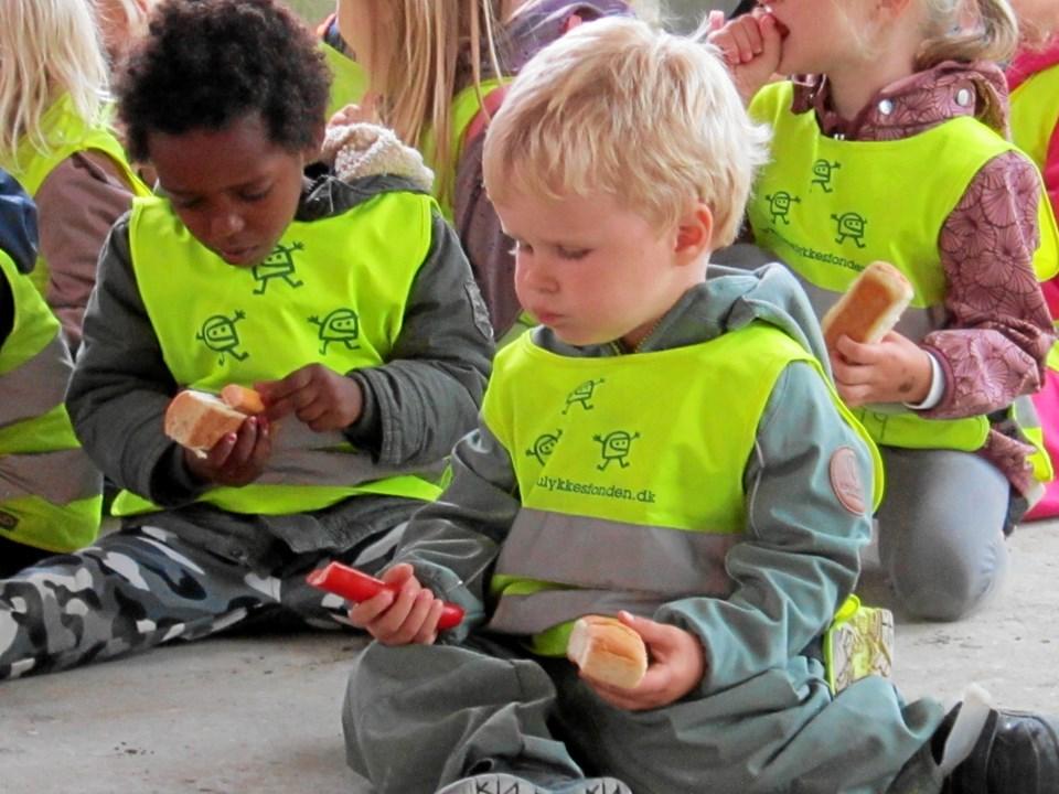 Børnehavebørnene nød de varme røde pølser.