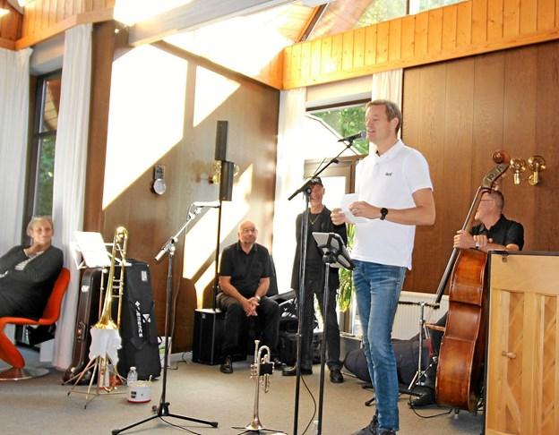 Forstander ved Dronninglund Efterskole, Hans Bilde Jacobsen, holdt åbningstalen. I baggrunden ses NOALeans Jazzband, der underholdt ved ferniseringen. Foto: Jørgen Ingvardsen