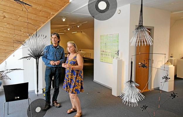 Helle Vinter og Erling Tingkær har skabt flere flotte mobiler, der kan ses på første sal. Hun udstiller desuden bronzefigurer. Foto: Jørgen Ingvardsen
