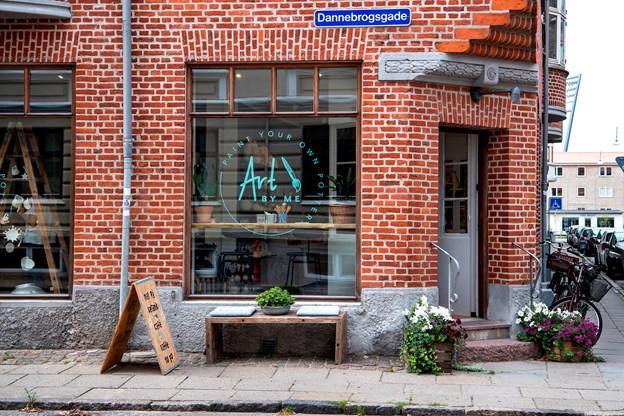 Art by Me ligger på hjørnet af Dannebrogsgade og Istedgade.
