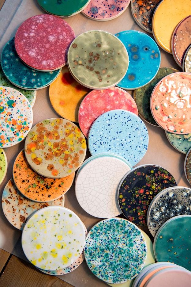 Mette og Annette har haft Jyllands første keramikcafé - Art by Me -  i et år. Det går rigtig godt, og nu udvider de og åbner en tilsvarende café i Aarhus. Jeg skriver om iværksætterne. Billeder af Mette og Annette, kunder og gerne mange detaljefotos af keramik.Foto: Laura Guldhammer