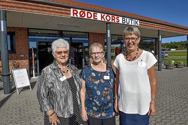 Fra venstre butikscheferne Jytte Kristensen og Inge Lauridsen samt Bodil Lauritsen, der er formand Røde Kors Hanstholm.