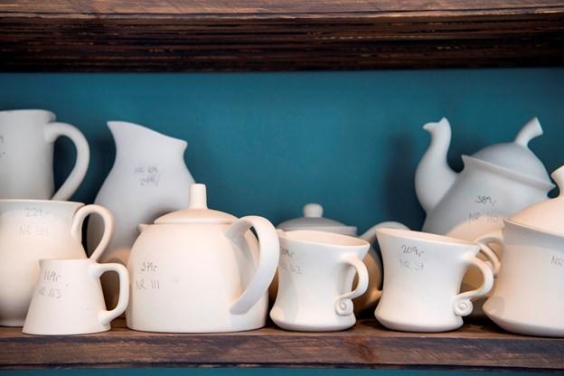 Hylderne er fyldt med keramik, som man kan købe med hjem eller sætte sig i caféen og male.