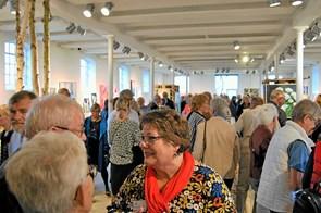 Overvældende besøgt fernisering på udstilling med over 30 kunstnere