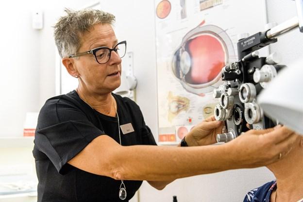 Optikeren klarer selv synstesten i et tilstødende lokale.