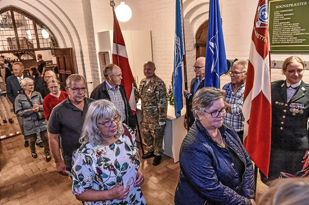 Deltagerne passerer fanevagterne på vejen ud af Vestervig Kirke. Foto: Ole Iversen