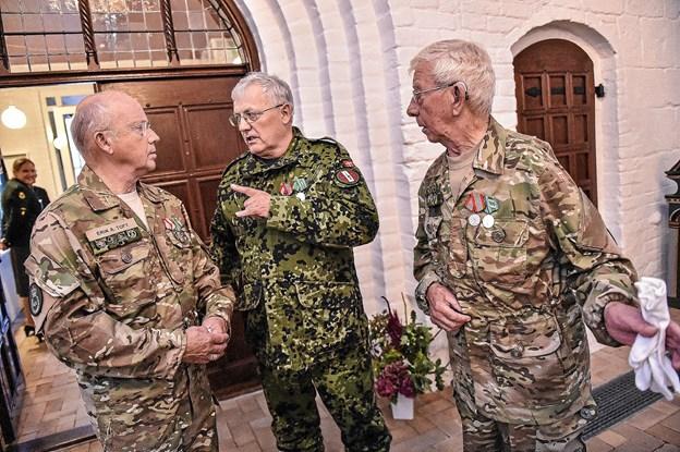 Erik A Toft (tv), Jarl Ingerslev og Kristian Kusk fra Hjemmeværn Thy aftaler hvordan fanerne skal bæres ind. Foto: Ole Iversen