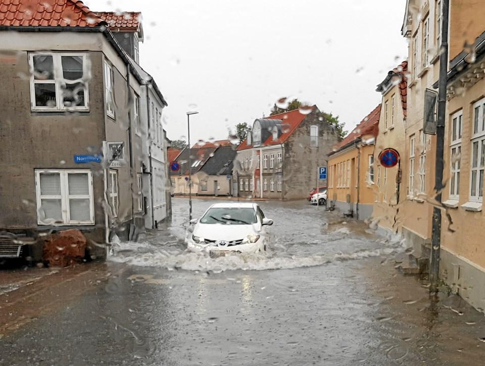 Bilisterne blev midt i Thisted mødt af vand i mange centimeters højde som her i Nørre Alle. Privatfoto: Benny Hjorth Pedersen