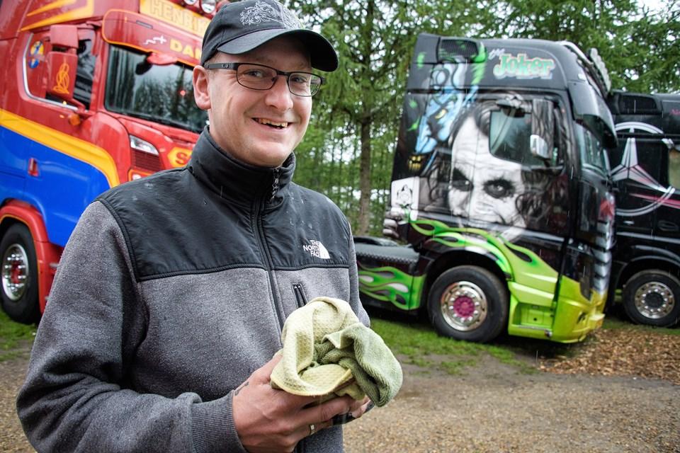 Disse flot dekorerede lastbiler tilhører vognmand Henrik Hansen fra Egebjerg ved Vinderup. Han fik vognen med Jokeren på lavet til sig selv for fem år siden, men nu er det Morten Brander (billedet), der kører i den til dagligt. Foto: Bo Lehm