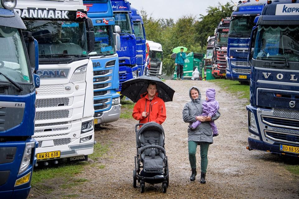 Til trods for regnen myldrede det ind med besøgende i Jesperhus lige fra åbningen klokken 10 lørdag og dagen igennem. Blandt gæsterne var Heine og Julie Riemandsgaard fra Vils. De havde datteren Sofie med. Foto: Bo Lehm