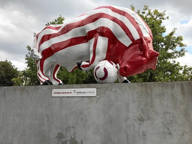 Bolden er rund, og den triller. Og bolden triller såmænd igen, når Vejle Boldklub kommer på besøg, og hvor man samtidig afslører billed-mosaikken på skulptur-soklen. Foto: Torben O. Andersen