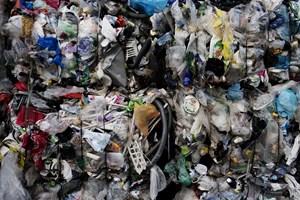 I år samler danskerne 30.000 tons plast til genbrug, men det meste bliver brændt, skriver Jyllands-Posten.