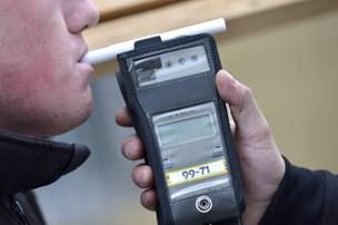 Beruset 17-årig bilist uden kørekort bragede ind i bremsende bil