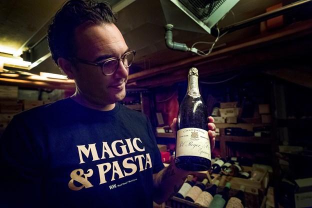Mikele Volpi viser en champagne fra 1904 frem. Den er købt fra Sigurds Müllers private samling.