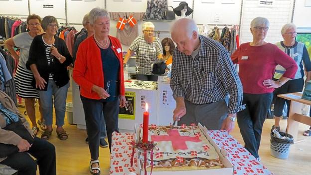 Jubilæumskagen blev skåret for af tidligere kasserere og mangeårigt medlem af Røde Kors Verner Jensen. Foto: Kirsten Olsen