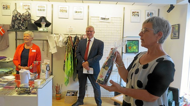 Højt humør under auktionen. Vingaven indbragte 125 kr., men så har den også været i hænderne på borgmesteren. Foto: Kirsten Olsen