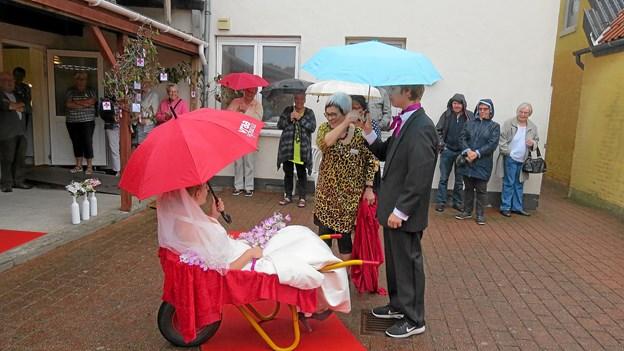 Modeshowet sluttede med at bruden ankom i trillebør. Foto: Kirsten Olsen