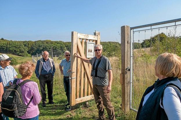 Mogens Sonne Hansen fortæller om konstruktionen af lågerne ind til dyrehaven, og beder deltagerne sikre sig, at lågen smækker i, når den har været åben, så dyrene bliver inden for indhegningen.   Foto: Niels Helver