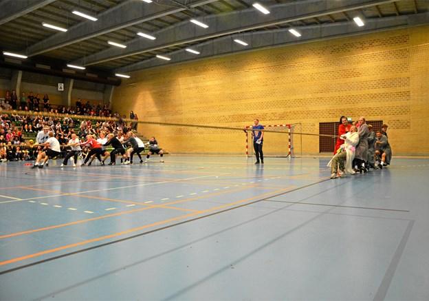 Idrætsdagen på Mariagerfjord Gymnasium kulminerede med tovtrækning i Hobro Idrætscenter. Privatfoto