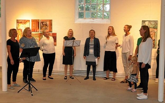 Det var virkeligt vellyd, da koret istemte deres flerstemmige korsang. Kormedlemmerne, som kommer fra hele Nordjylland, fortalte bagefter, at de egentlig startede med at synge korsang, da de var teenagere, og nu er de så genstartet. Endnu har de ikke bestemt sig for et navn til koret. Foto: Ole Torp