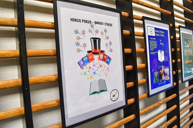 """""""Hokus pokus - bøger i fokus"""" er en af titlerne på 7. klassernes kampagner. Plakaterne skal nu op at hænge på skolen. Foto: Jesper Thomasen"""