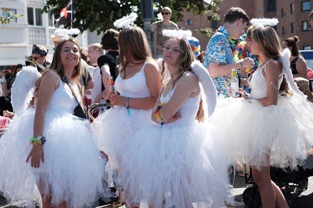 Det er bare skønt at deltage i Nordeuropas største karneval i Aalborg, og deltagerne kommer igen år efter år. Englene her på billedet er helt sikkert også med næste år. Arkivfoto