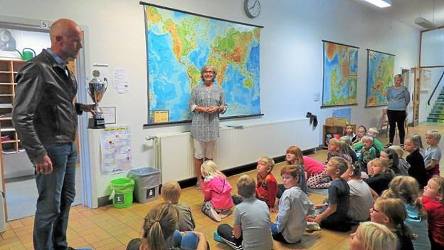 Hans Henrik Toft Sørensen kom med pokalen. - Vi er meget stolte over vores elever, udtaler skoleleder Anne Wraae (stående ved kortet). Foto: Kirsten Olsen