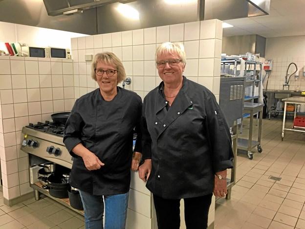 Gitte Bruun (tv.) afløser Ella Rasmussen i køkkenet hos Verdenskortet. Privatfoto