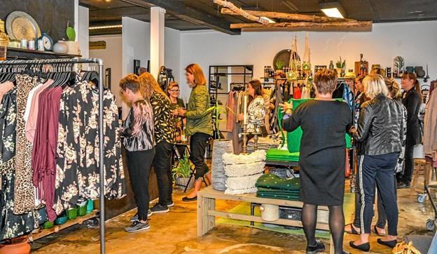 Der blev serveret lidt mundgodt til de mange, som havde meldt sig til modeshow. Foto: Mogens Lynge