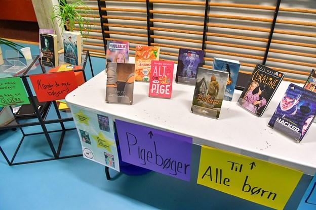Der var mange genrer at vælge i mellem i udstillingerne, som eleverne selv har stået for. Foto: Jesper Thomasen