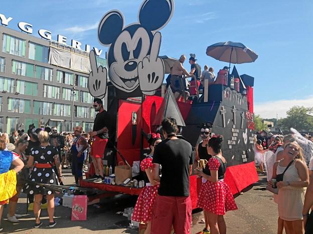 Deltagerne i Aalborg Karneval kommer gerne langvejs fra for at være med i festen, og det samme gælder også for Mickey Mouse. Arkivfoto