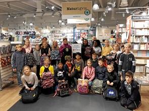4. B afleverede skoletasker til boghandler