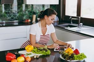 Så galt kan det gå, når du bruger mobil i køkkenet