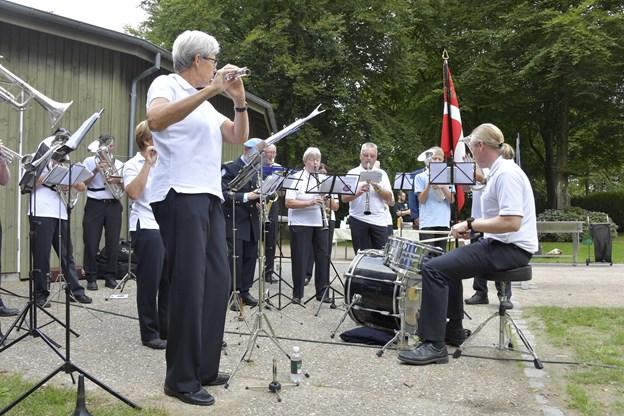 Brønderslev Harmoniorkester har netop spillet til flagdag i Brønderslev. De har flere faste indslag om året - fx har de siden 1960 været med, når Brønderslev Borgerlige Skydelaug har deres fugleskydning. De er også tit med til Open by Night.Foto: Bente Poder