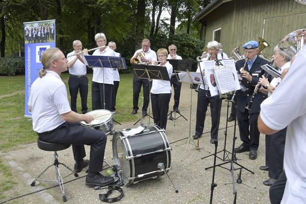 Brønderslev Harmoniorkester spiller i uniform - den har haft forskellig udformning gennem de seneste 70 år.Foto: Bente Poder