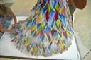 Hyldest til nordjysk modemester: Merethe syr eventyrlig kjole efter Mortensens tegninger