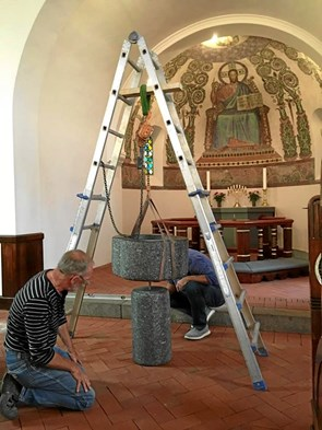 Ny døbefront på plads i Svingelbjerg Kirke