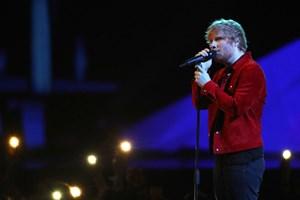 Den britiske musiker Ed Sheeran lægger vejen forbi Odense næste år, hvor han spiller i Tusindårsskoven.