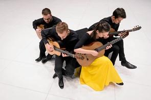 Usædvanligt ensemble på Mariagerfjord Gymnasium: fire guitarister i samme koncert