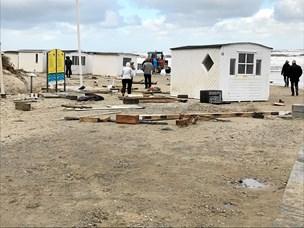 Badehuse står hulter til bulter: Hvide småhuse kastet rundt i stormen