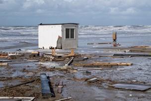 Se billederne fra dagen derpå: Stormen slog badehuse til pindebrænde