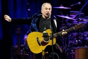 Den amerikanske sanger og musiker Paul Simon spillede sin sidste koncert på sin afsluttende tour lørdag aften.