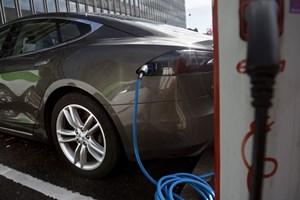 Mål om at udfase benzinbiler i 2030 er ambitiøst og kræver opbakning på EU-niveau, mener branchedirektør i DI.